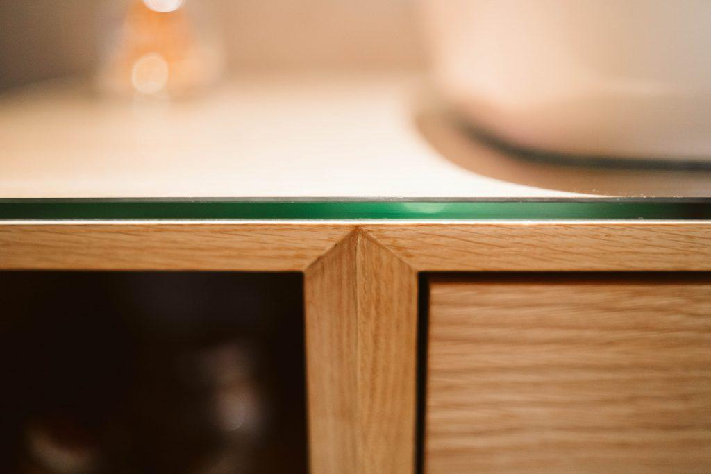 Pormenor armário de casa de banho em madeira