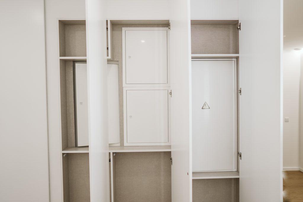 Forma de parede com portas para esconder quadros