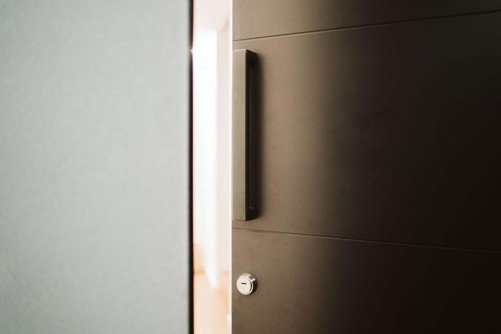 Porta de entrada em madeira
