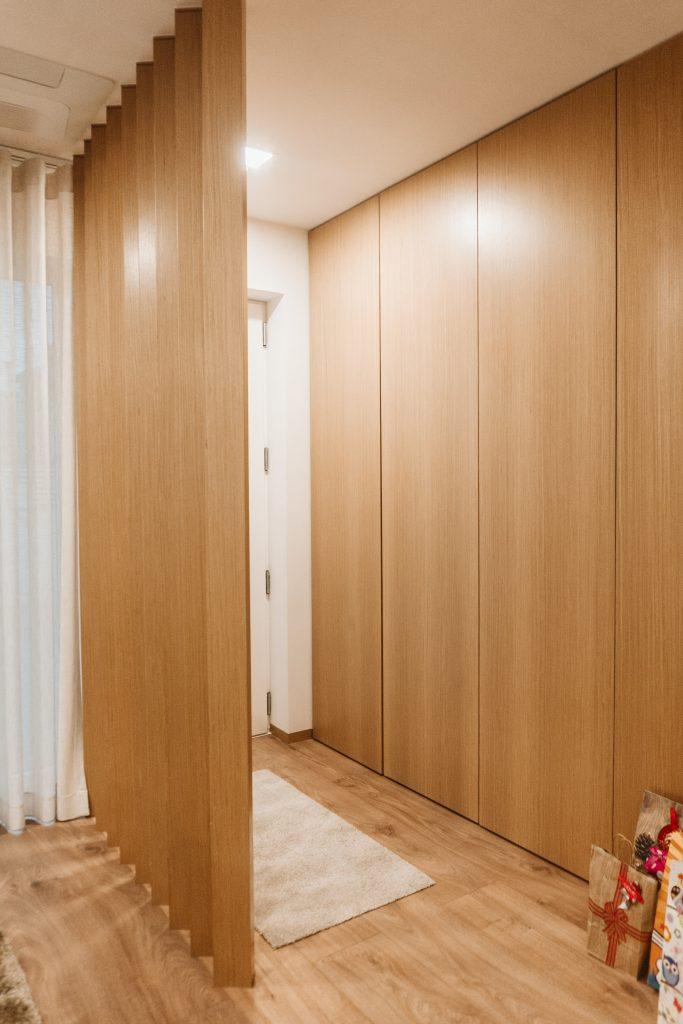 Forma de parede com armários e porta de acesso WC sem puxador