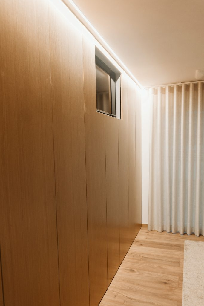Closet de quarto com TV embutida